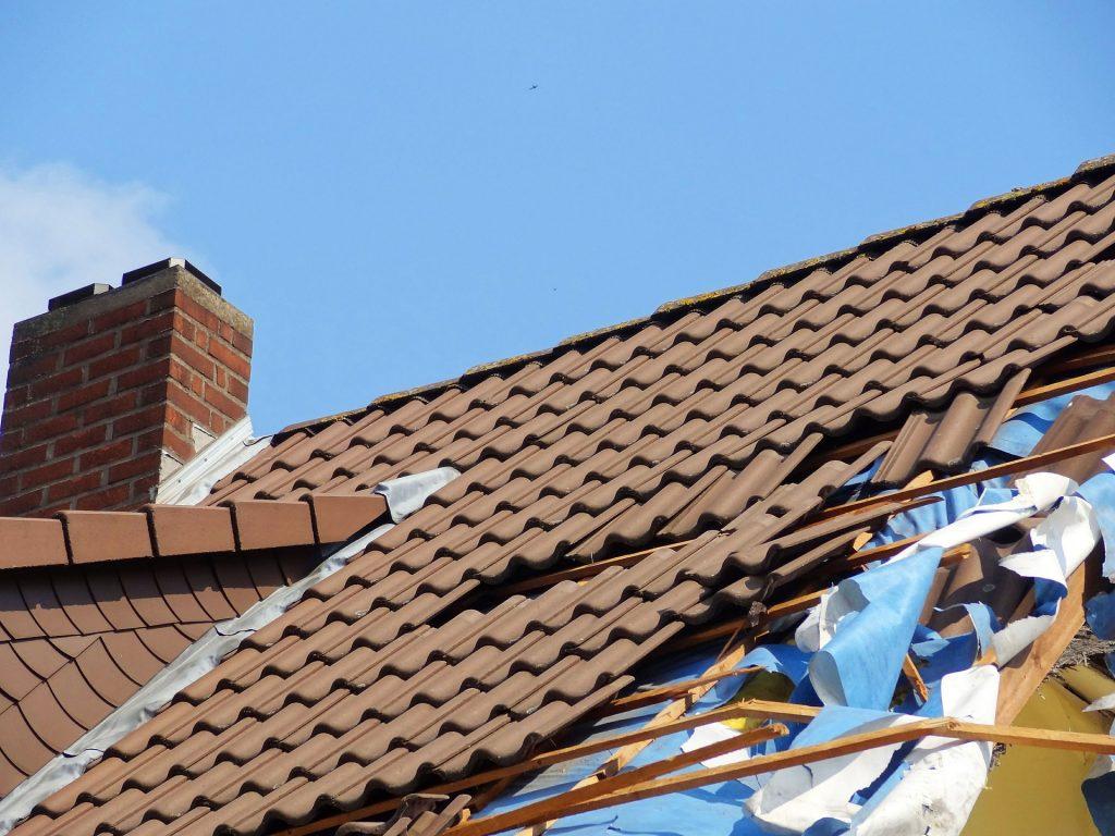Après un incendie, un orage de grêle, une tempête, la charpente et la couverture sont généralement très endommagées. La violence d'un incendie peut ravager l'intégralité d'une toiture. Protéger l'ouvrage, permet de réduire le temps d'assèchement, et diminue les pertes de jouissance et d'exploitation. Nous intervenons sous 24 heures avec la mise en place d'une bâche sur charpente pour protéger votre toiture au plus vite.